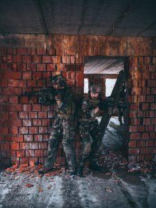 Dvojica počas nácviku CQB